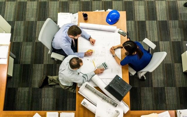 reunião em equipe de construtora