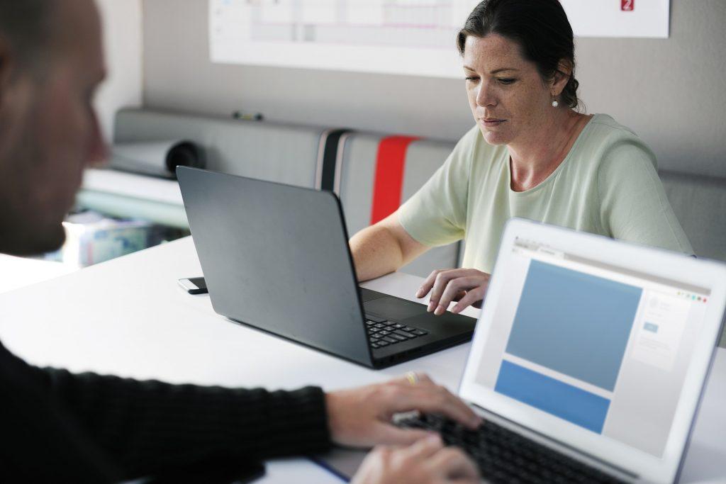 mulher usando o computador