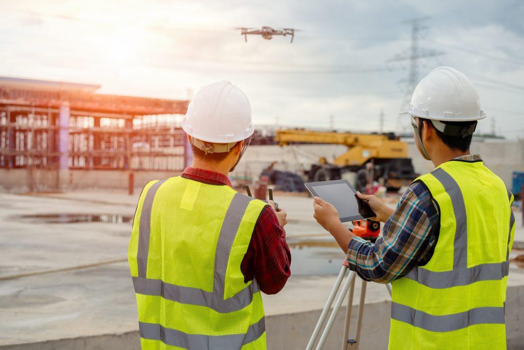 engenheiros usando um software para construção civil